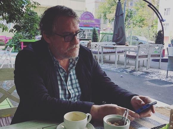 У актера Гаркалина, госпитализированного с короновирусом, развился сепсис, он снова на ЭКМО