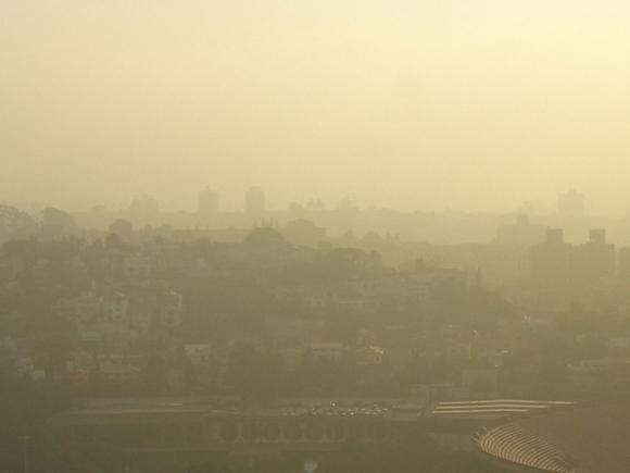 Дым от тлеющего торфяника заставил перекрыть часть кольцевой дороги в Екатеринбурге (фото)
