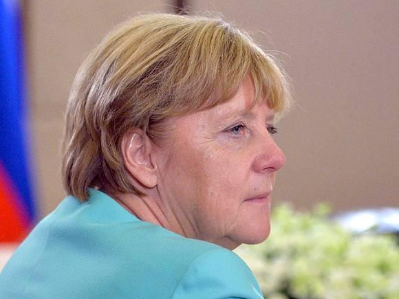 Меркель привилась признанной опасной вакциной AstraZeneca (фото, видео)