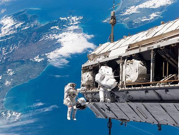 Космонавты с борта МКС поздравили россиян с 23 февраля (видео)