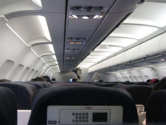 В Новосибирске сняли с авиарейса пассажира, который махал руками и матерился