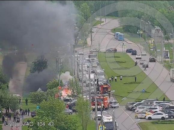 Несколько автомобилей загорелись на парковке в Бутово, движение ограничено