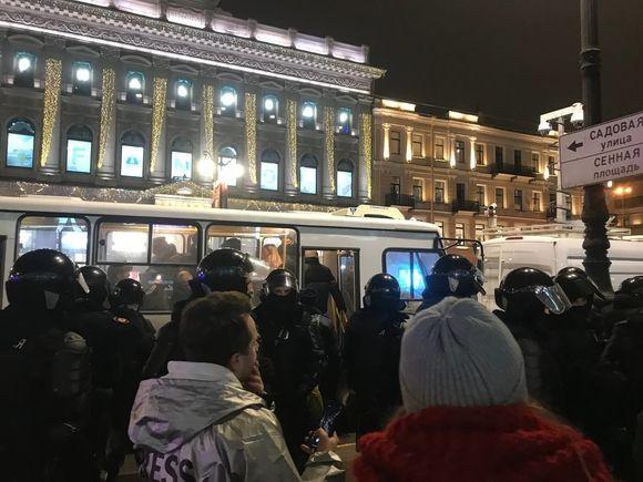 «Ничего святого»: петербуржцы осудили силовиков за жестокость (видео)