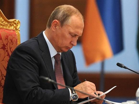 Путин поручил сократить число контрольных в школах