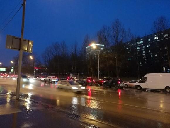 МЧС: Дождь и шквальный ветер не покинут Москву до утра вторника