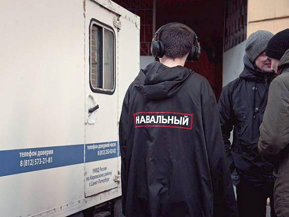 Петербургских активистов, в том числе главу штаба Навального, задержали перед прилетом оппозиционера в Россию (фото)