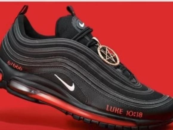 В США приостановили продажу сатанинских кроссовок по иску Nike