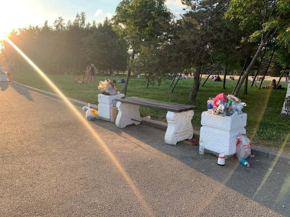 Петербуржцы оставили горы мусора на пляже после жарких выходных (фото)