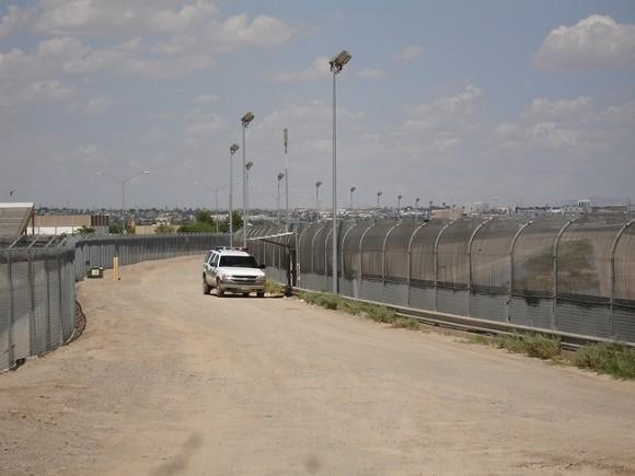 СМИ: На американо-мексиканской границе задержали рекордное за 15 лет число мигрантов