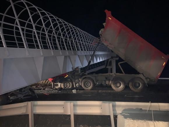 Опубликовано видео с места обрушения перехода из-за грузовика с поднятым кузовом (видео)
