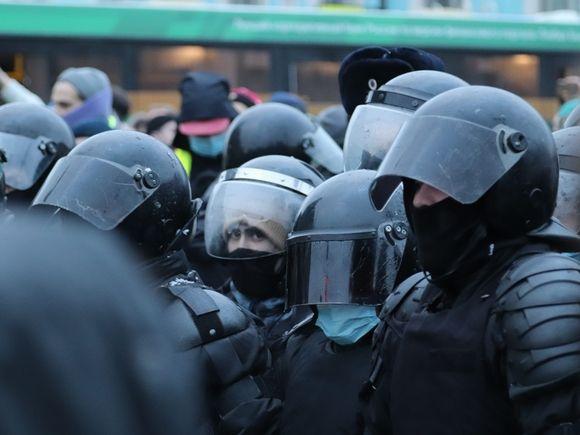 «Били по голове, пинали в живот»: после избиения силовиками женщин на акциях в Петербурге и Москве проводятся проверки