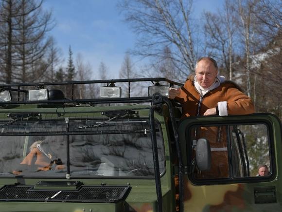Стадо оленей чуть не сбило Путина в тайге (видео)