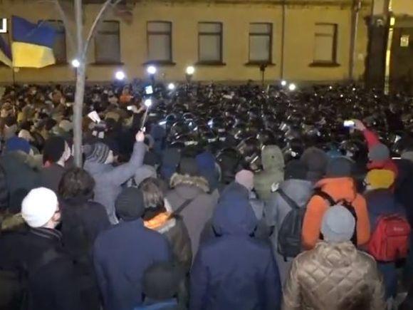 Киев, вставай!: У офиса Зеленского произошли столкновения радикалов с силовиками