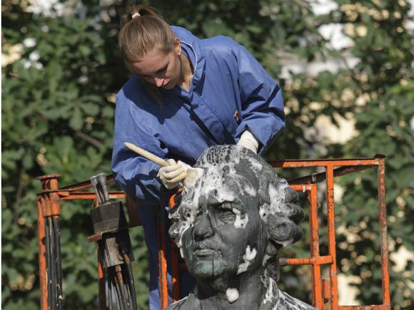 Памятники Юрию Никулину и Петру I, бюст Ганди отремонтируют в столице