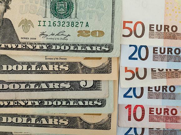 Рубль в ходе торгов слабеет к доллару и евро