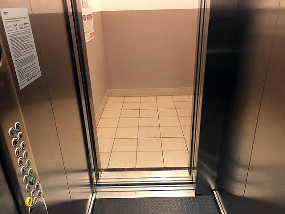 Названа причина, по которой в Москве упал лифт с полицейскими