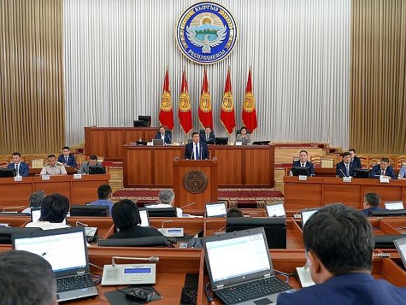 В Киргизии отказались выбирать парламент до переписывания Конституции