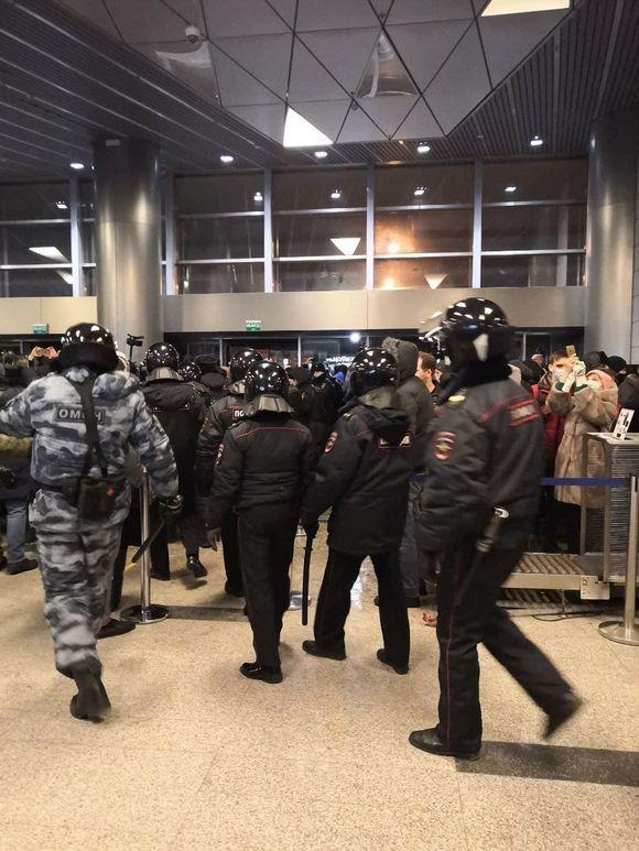 ОМОН начал выдавливать на улицу собравшихся для встречи Навального во «Внуково»