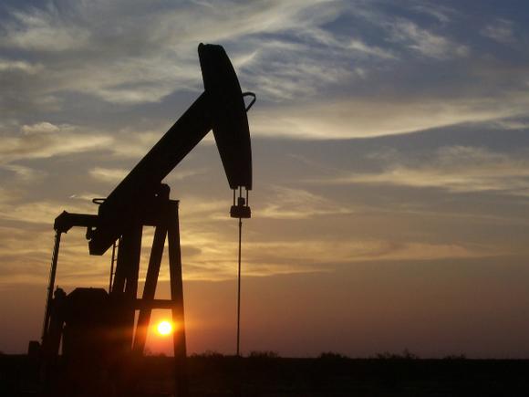 Цены на нефть опускаются, Brent пытается удержаться вблизи ,5