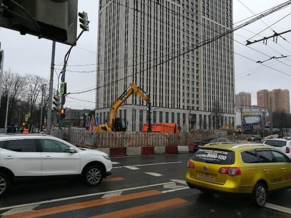 Голый мужчина с топором бегал среди машин в центре Москвы