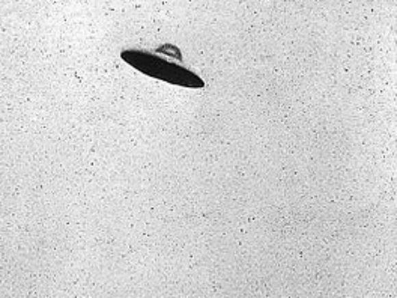 Над американским ракетным эсминцем заметили НЛО (видео)