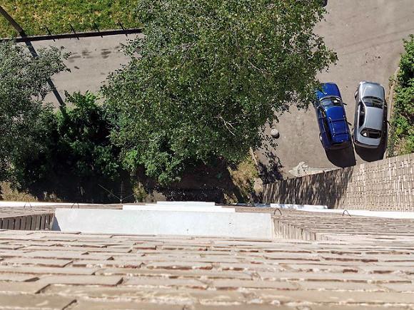Девочка из Стерлитамака упала с высоты и погибла, едва не убив стоявшую внизу женщину