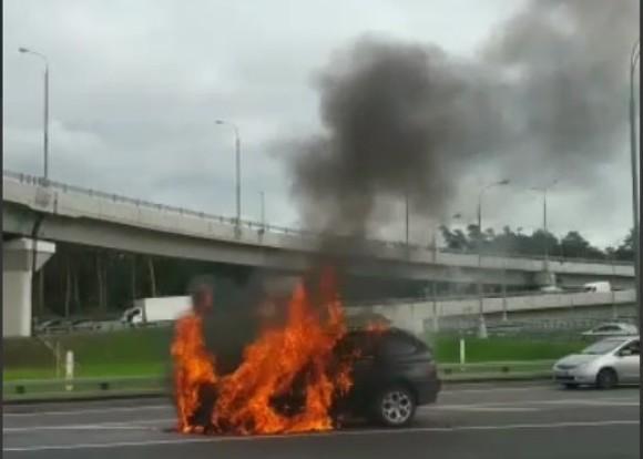 Автомобиль загорелся на МКАД на западе Москвы