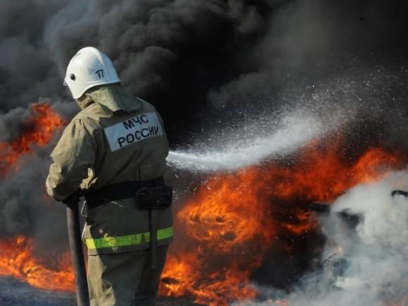 Под Москвой полыхает огромный склад, есть угроза взрыва