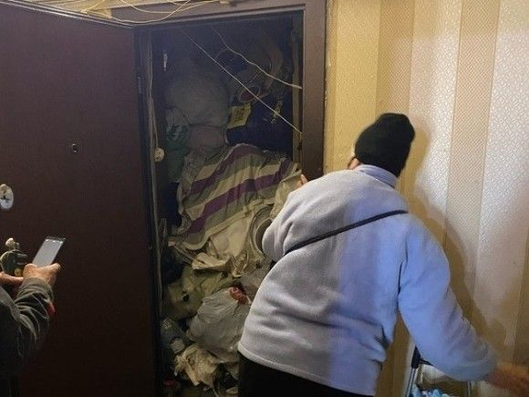 «Стена из мусора»: в Петербурге бабушка захламила квартиру (фото)