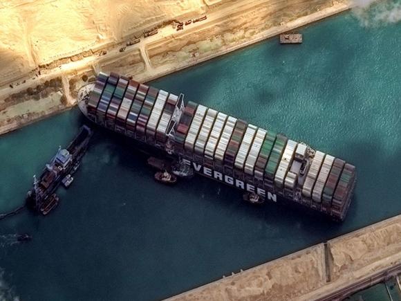 Гигантский контейнеровоз, снятый утром с мели, вновь заблокировал Суэцкий  канал (фото, видео) - Росбалт