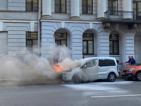 У Дворцовой площади при парковке загорелась машина и привлекла зевак и полицию (фото, видео)