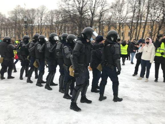«Не выполняйте преступных приказов»: россияне напрасно требовали от силовиков не бить мирных протестующих