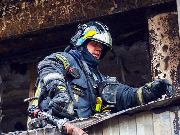 Пожар в Пушкинском районе Петербурга, где частично обрушилась кровля здания, ликвидировали