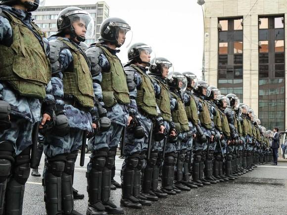 Появились видео жестких задержаний на протестных акциях в России