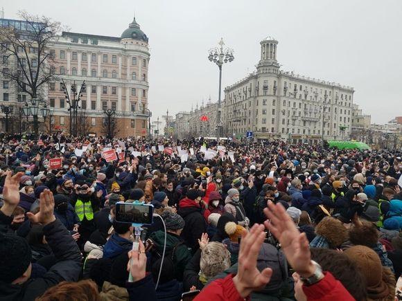 На Соболь составлен протокол, к Навальной не пускают адвокатов