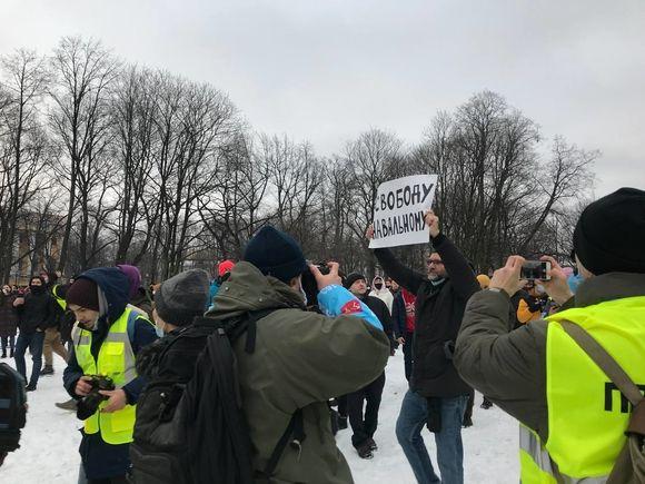 ОМОН теснит людей с Сенатской площади к Исаакиевскому собору (фото)