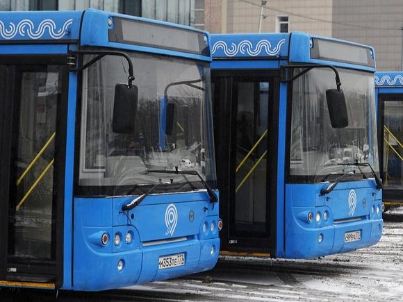В центре Москвы пешехода отбросило на автобус в результате ДТП