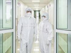 Почти 85% новых заболевших коронавирусом в Москве оказались младше 65 лет