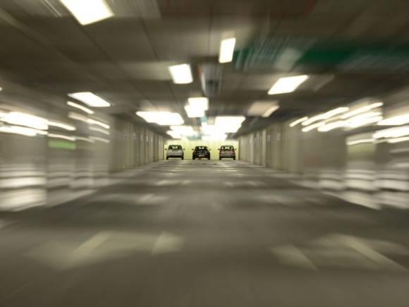 Женщина протаранила кирпичную стену в Подмосковье, пытаясь припарковаться