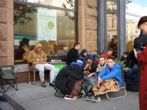 Места в очереди за новыми iPhone в Москве продают за 140 тыс. рублей