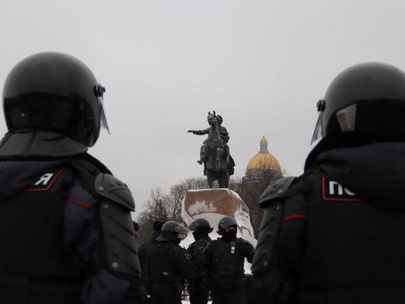 Получившая удар в живот от полицейского на акции в Петербурге обратится в Следственный комитет