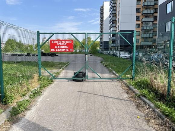 Застройщик заварил ворота на месте предполагаемого апарт-отеля на Васильевском острове в Петербурге