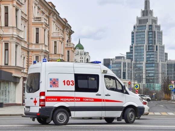 В центре Москвы мужчина упал с высоты четвертого этажа и выжил