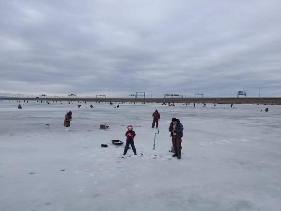 На льду рядом с Сестрорецком умер рыбак
