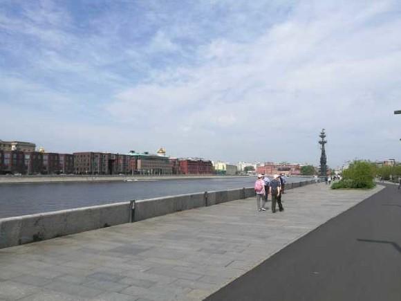 Пьяный парень пытался справить нужду с парапета в Москву-реку и попал в реанимацию