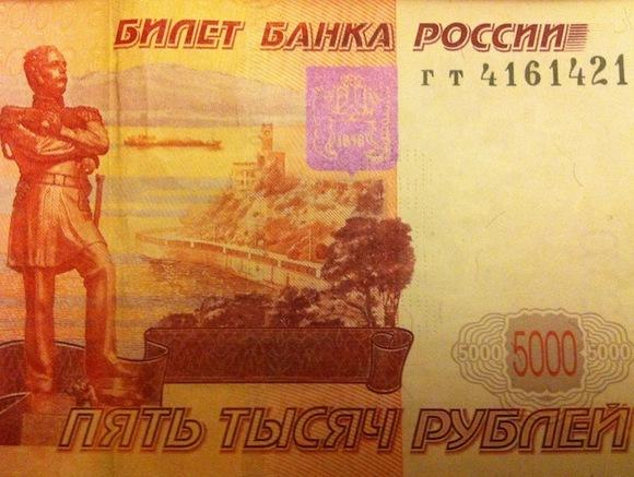 Трое молодых людей покупали у пассажиров столичного метро смартфоны за поддельные рубли