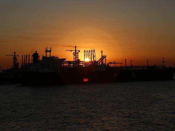 Нефть растет в цене, торгуясь у максимальных за последние шесть недель значений