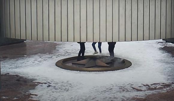 В Тольятти школьники потушили вечный огонь и попали на видео