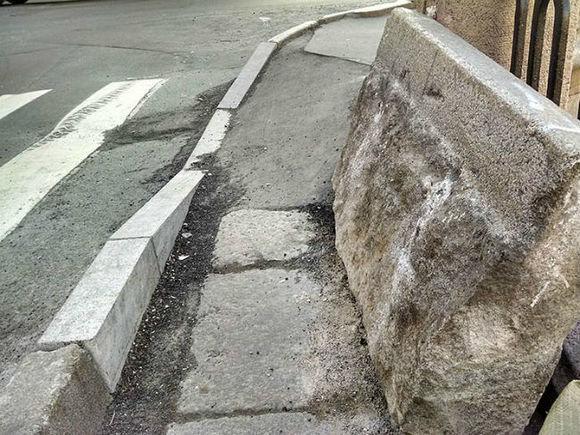 На дно Обводного канала сбросили гранитный лом