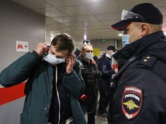 Вирусолог считает неразумным разрешать привитым от коронавируса ходить без маски